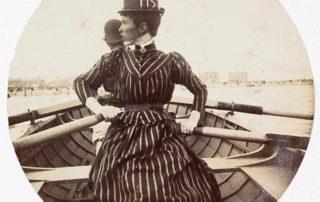 Kvinna som ror. Dokumentärfoto från 1800-talet.