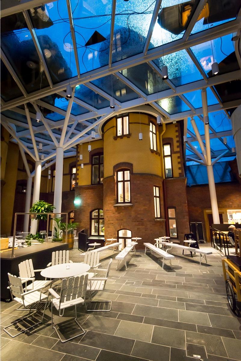 Stora hotellet och Umeås nya piazza fotograferad i kvällsljus