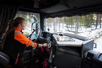 Ida Söderström kör timmerbil.