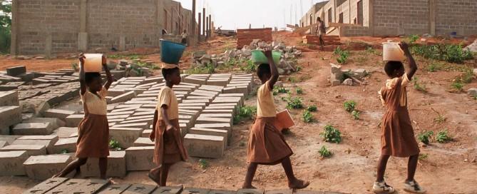 En bild från 1995 när vårt första projekt, uppförandet av skolan i Awisa-Apaaso, just hade startat.